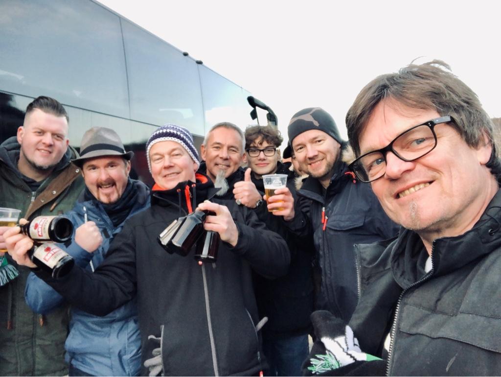 Mit Deaf-Fanclub Hannover 96, dahinter Bus für Hann. 96