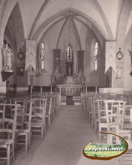 Intérieur de l'église d'Aubespeyre (Junhac) pavoisé des bannières du pèlerinage