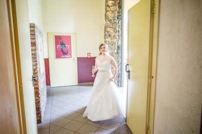 Die Braut betritt zum ersten Mal die fertig dekorierte Hechelei