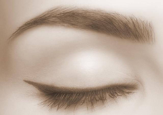 diseño y depilación de cejas mujer