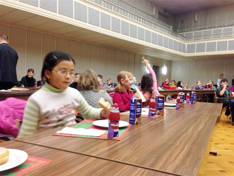 Kinder bringen Weihnachtsstimmung ins Singener Rathaus