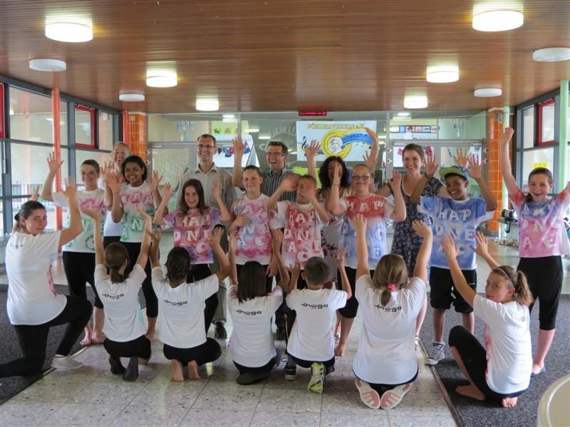 Street-Dance-AG: T-Shirt-Übergabe