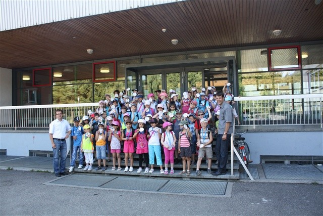 Erstklässler nehmen am Kelly-Insel-Parcours teil