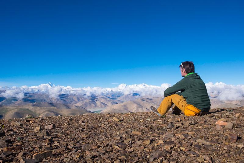 Thomas Zwahlen geniesst die Aussicht auf die 8000er Mount Everest und Cho Oyu vom Pass Pang La in Tibet