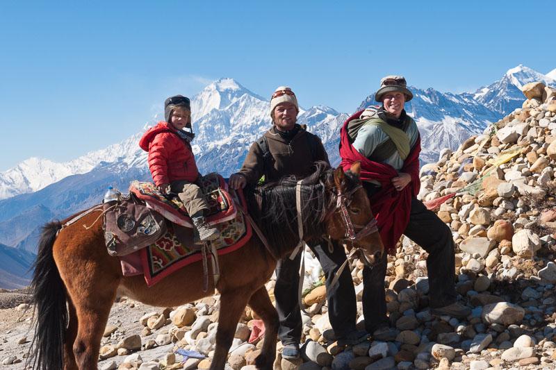 Familie Zwahlen in Mustang vor dem 8000er Dhaulagiri