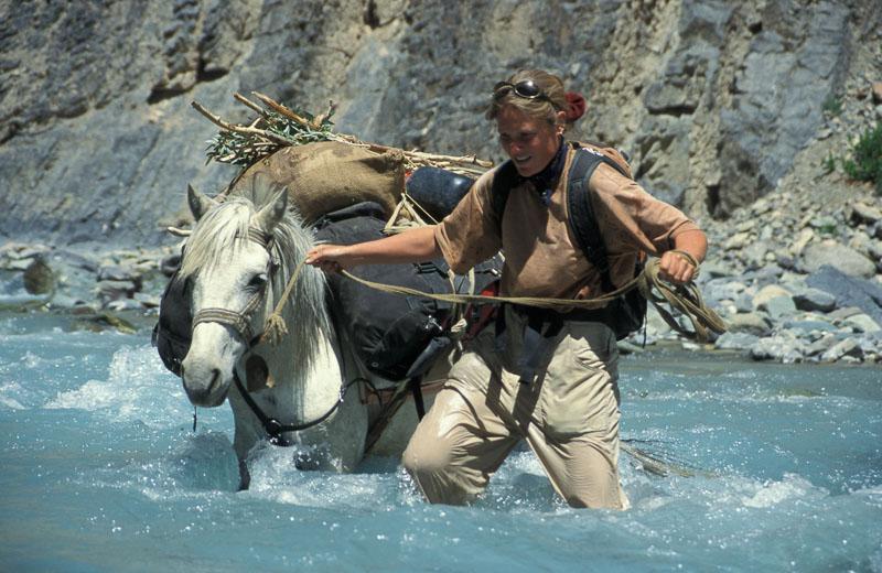 Martina Zwahlen durchquert mit dem Pferd einen Fluss in Zanskar