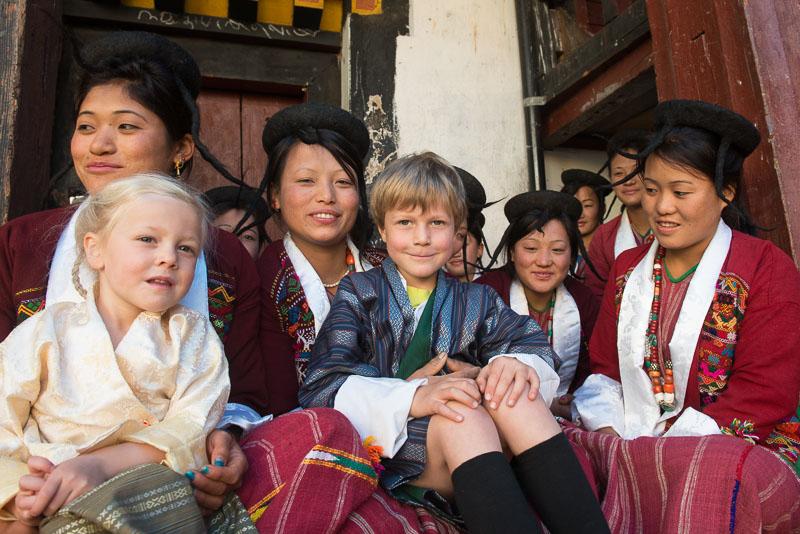 Larina und Gian-Andri kennen keine Berührungsängste vor der einheimischen Bevölkerung im Himalaya, hier mit Nomadenfrauen aus Merak Sakten in Bhutan