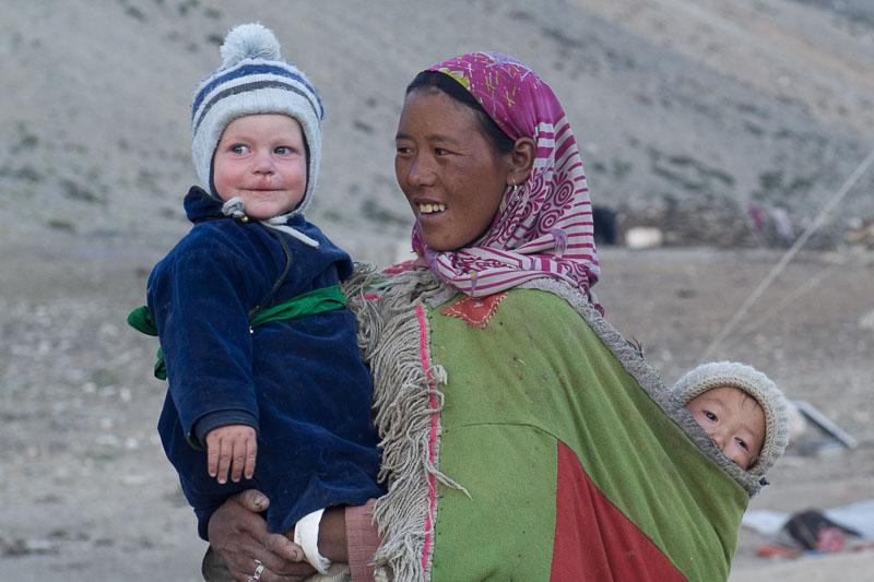 Der einjährige Gian-Andri mit einer Nomadenfrau in Kharnak