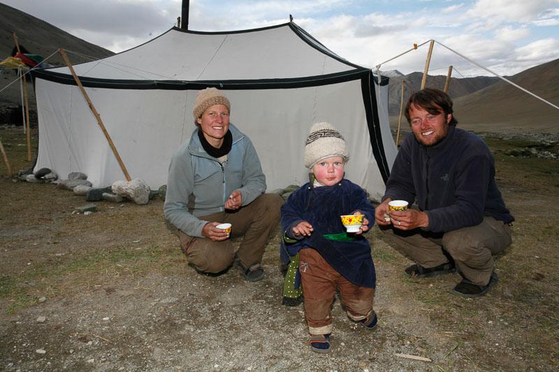 Martina und Thomas Zwahlen mit ihrem Sohn Gian-Andri bei den Nomaden in Kharnak