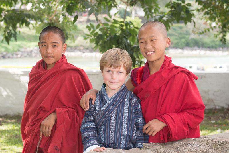 Gian-Andri mit bhutanesischen Mönchsnovizen