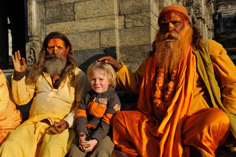 Gian-Andri mit Sadhus in Kathmandu in Nepal