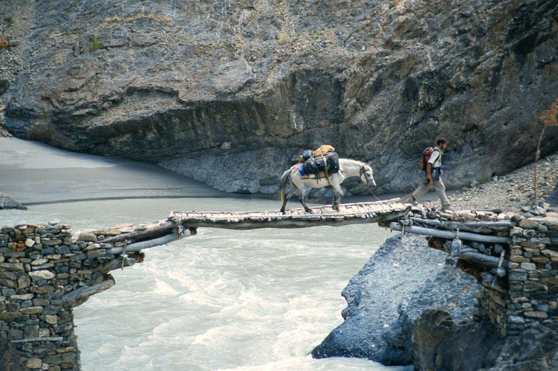 Beim Überqueren des Tsarap-Flusses in Zanskar