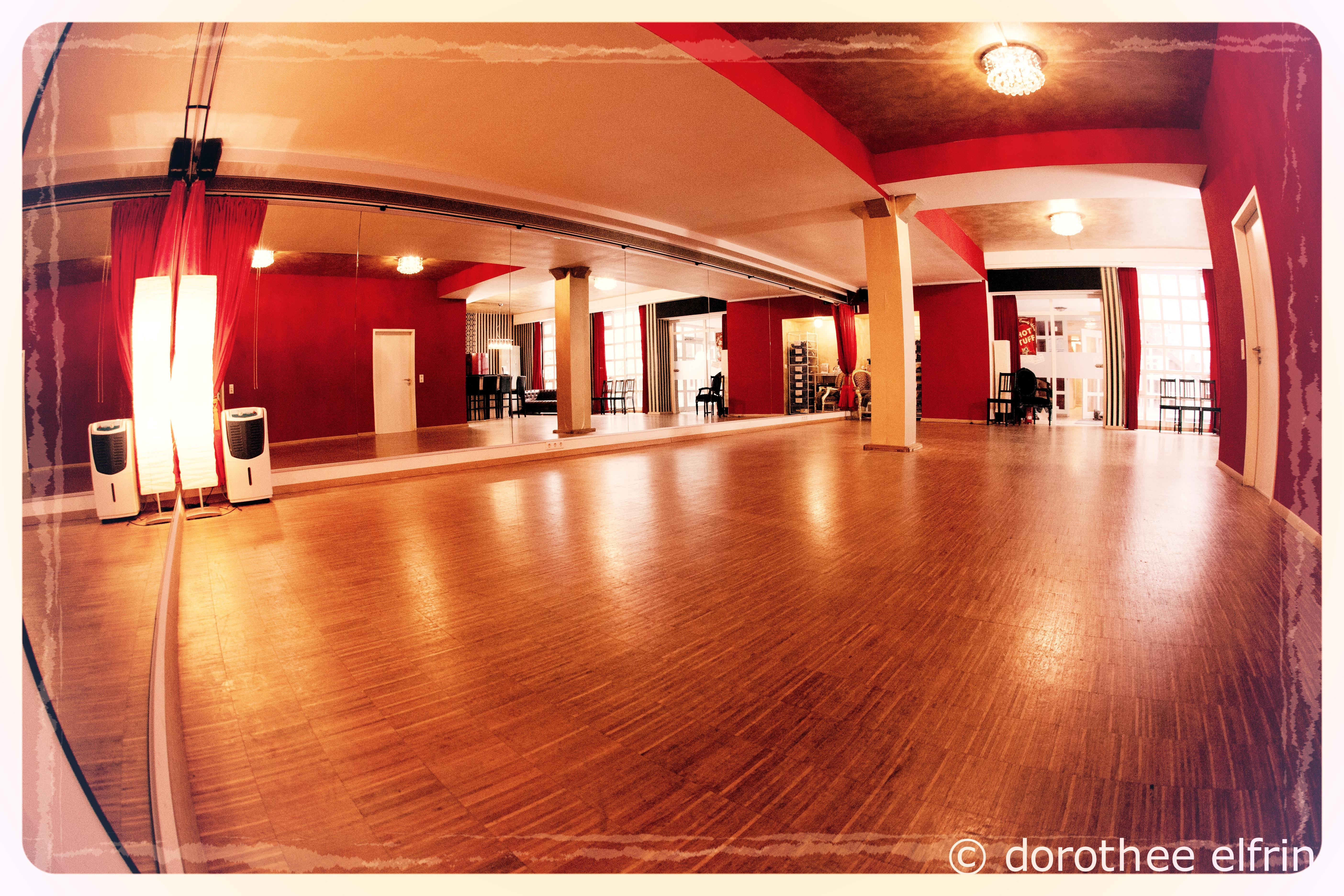 Steptanz München. Kurse Workshops Privatstunden. Steptänzerin. Extra für die Steptänzer haben wir im Vintage Dance Studio einen wohlklingenden Eichenparkettboden verlegen lassen. Optimal für eine Steptanzstudio!