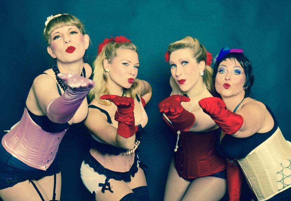 Burlesque JGA Workshop München, Burlesque-Lehrerinnen, Tanzschule München, Tanzschullehrerin, Burlesque-Workshop, -Kurs, Striptease lernen, Burlesquetänzerinnen