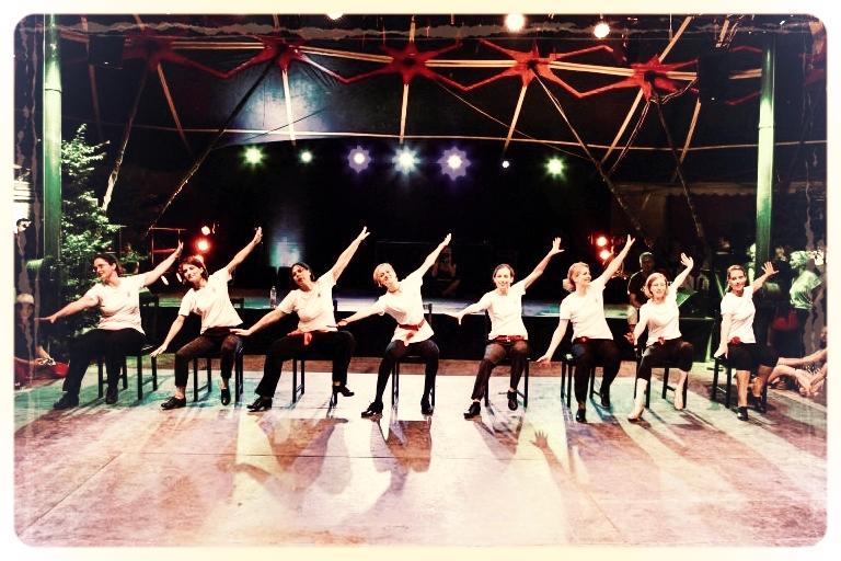 Chairdance - Steptanz mit den fortgeschritteneren Steptanzschülerinnen vom Vintage Dance Studio München auf dem Tollwood Festival. Foto: Klaus Burkardt
