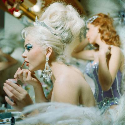 Vintage Showgirls am Schminktisch. Bühnen-Makeup will gelernt sein!