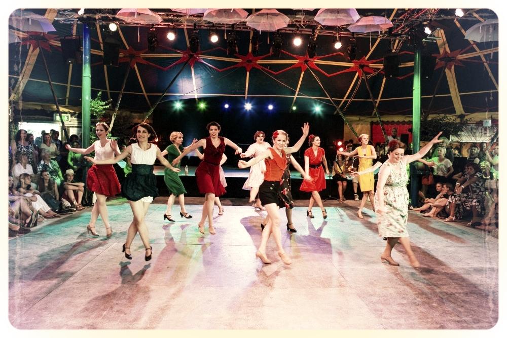 Die Vintage Jazztänzerinnen vom Vintage Dance Studio Silvia Plankl München beim Tollwood-Festival-Auftritt. Foto: Klaus Burkardt