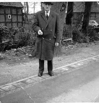 Mein Opa Heinrich Stratmann. Damals konnte man sich noch direkt an die B213 stellen und dort auch Fotos machen.