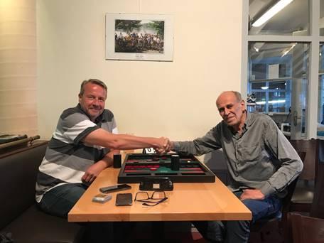 Sieger des Haupt- und des Speedgammonturniers im Juni: Peter Blachian (rechts)