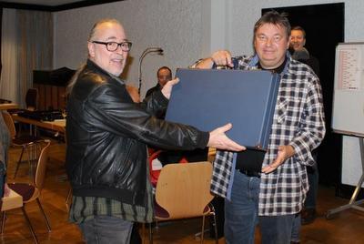 Rainer Witt erhält das von Roland Möwes für unser Jubiläumsturnier gebaute Backgammon-Board.