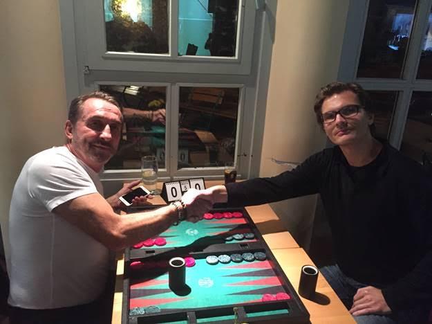 Anton Kraft (links) und SpeedGammon-Sieger Daniel Lehfeld (rechts) werden von Mehdi Mafi und Zdenek Zizka durchs Fenster beobachtet.
