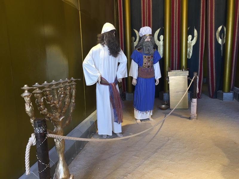 Abbildung des Hohepriesters & goldener Ölleuchter (Menora)