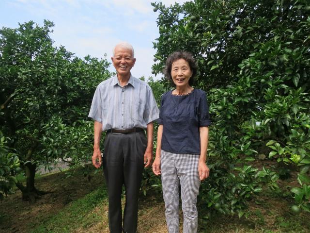 鶴田志郎さんと鶴田ほとりさん 鶴田自然農園にて