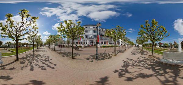 """Strandpromenade und """"Ahlbecker Hof"""""""