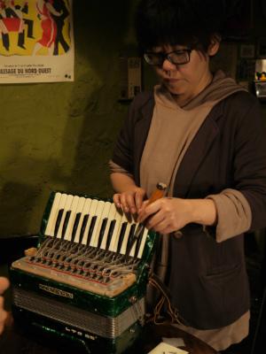 参加者がそれぞれ鍵盤調整を体験