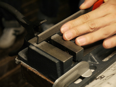 ノミを金属やすりで削っています