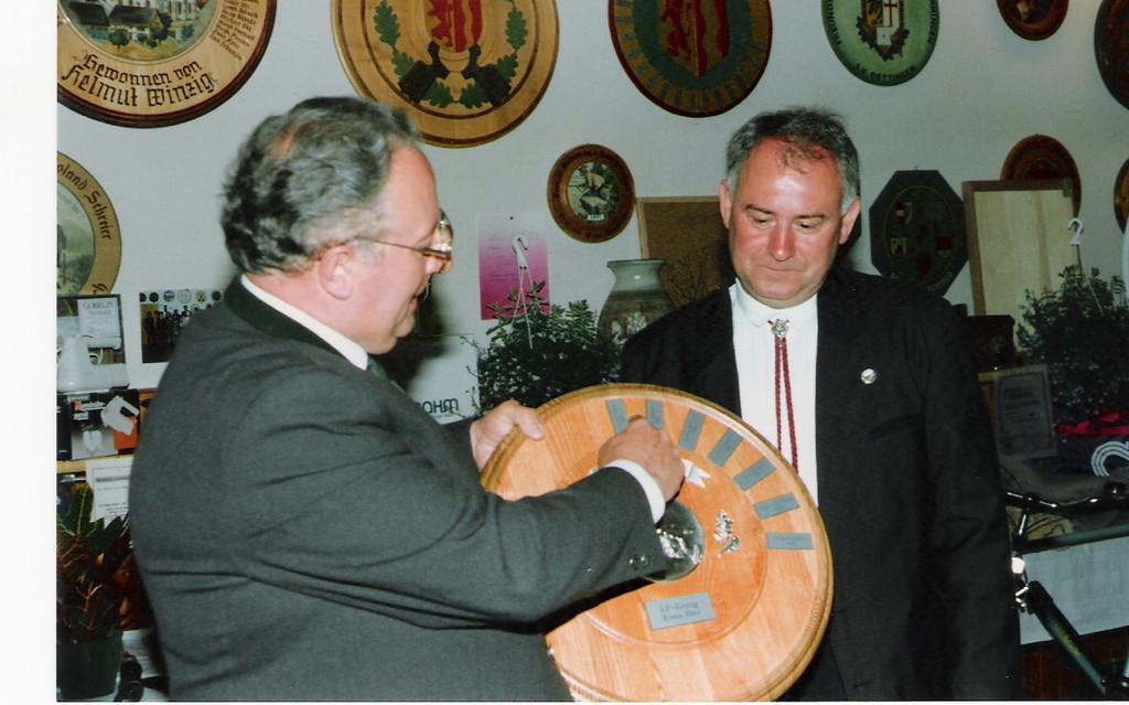 Ehrenmitglied R. Schreier überreicht Schützenscheibe an A. Högerle