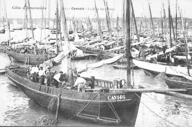 La bisquine CAN146 Roches Douvres à Théophile Maillard construite en 1883 à la Landriais  13,09 tx  en cours de déchargement  le ouinche entre les deux mât , grand fer de 2,50m le long de la coque