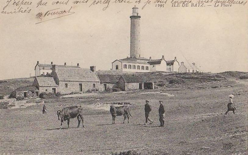 Le phare vu du sud avec une petite ferme ilienne, cette photographie est prise de la dune au-dessus de Aod ar Feunteun, c'est par là qu'est passé Mme Riou avant le drame