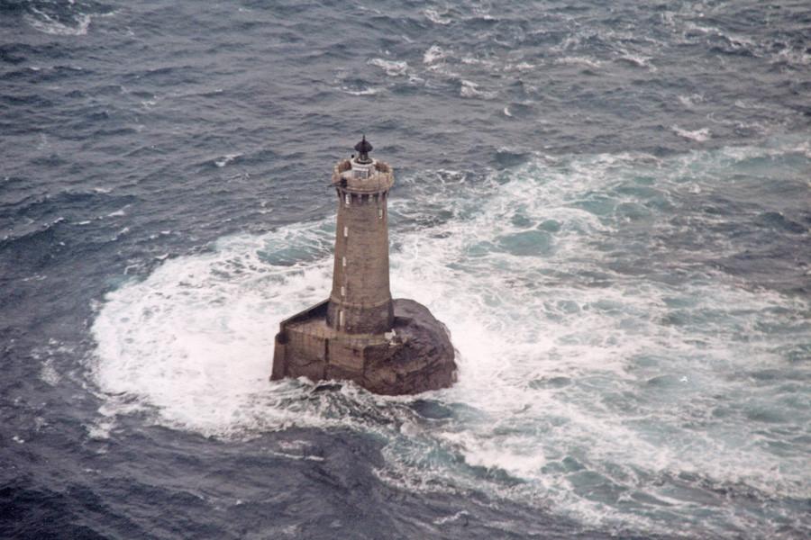Cette photo du phare vu de l'Est illustre bien la force du courant de flot et de la houle autour du phare