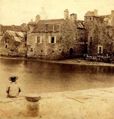 Roscoff en 1857, la maison prébendale avec sa tourelle a vraiment les pieds dans l'eau une porte voutée ouvre directement sur la grève, photo Fourne et Tournier