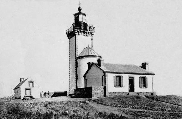 Le phare de l'île aux Moines tel qu'il était en 1933, lorsque le gardien recueillit les naufragés du canot du Faucon