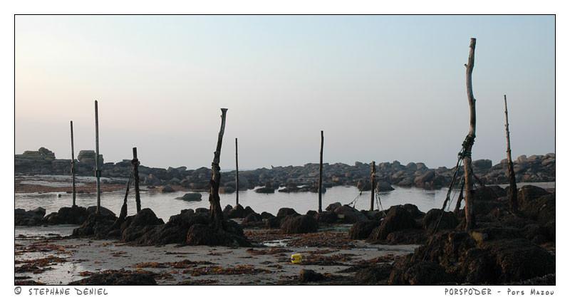 Pors Mazou à Porspoder  est aujourd'hui le dernier mouillage sur pieux du Finistère, il est  comme au temps des goémoniers à l'aviron et à la voile ( Photo Stéphane Déniel)