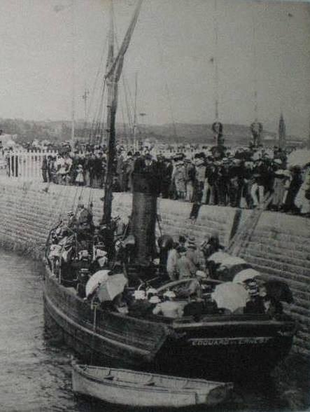 Le remorqueur à vapeur en bois du port de paimpol « Edouard et Ernest » embarque des passagers pour assister aux régates en rade