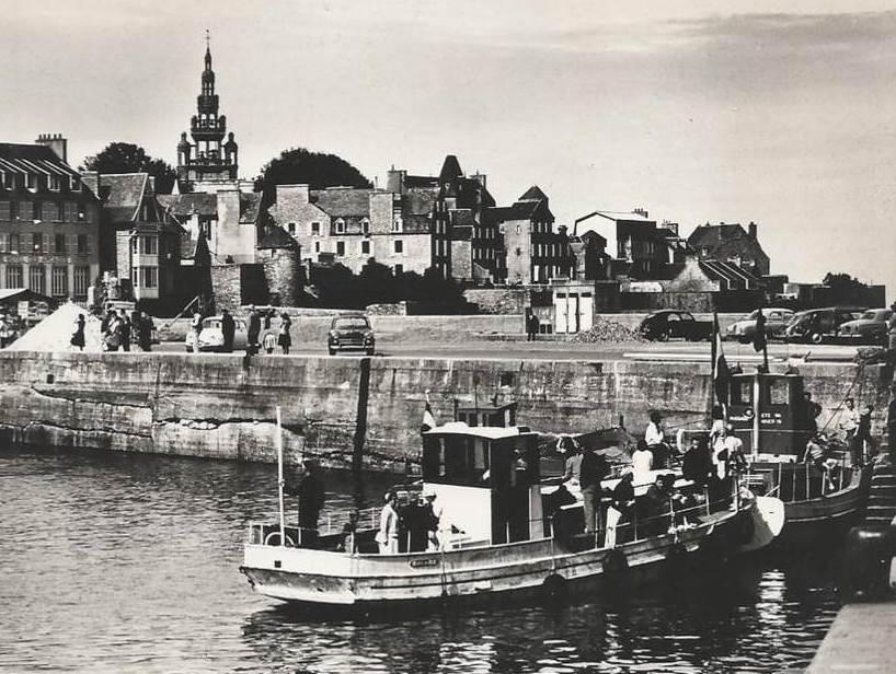 Le quai de Roscoff à la fin des années 50, les voitures garées sur le quai les deux vedettes « modernes »  le rêve II et la Fleur des îles, nous sommes au début d'une nouvelle époque