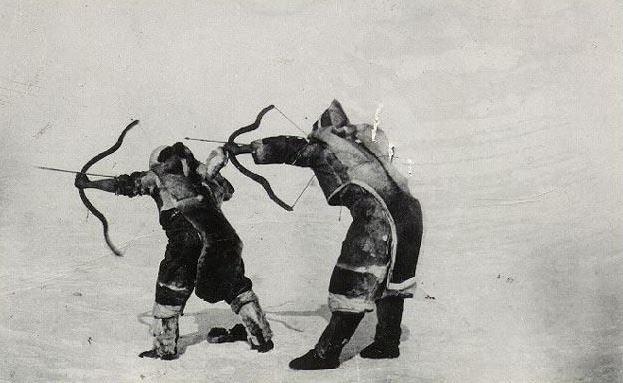 Les inuits pratiquaient la chasse à l'arc, la formes des arcs varient en fonction des régions