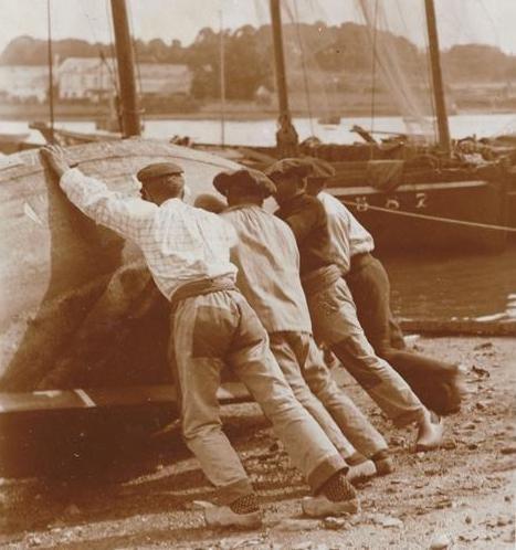 Un coup de main est toujours le bien venu ! (Photo Charles L'Hermite 1912)