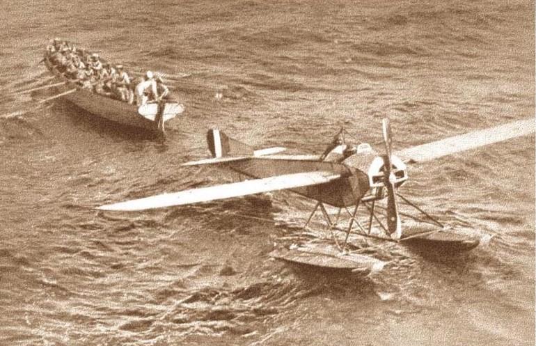 Hydravion de la Marine remorqué par l'arrière par un canot de service de la Marine