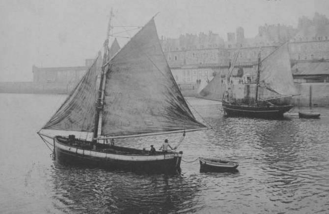 Une rare photo d'un bocq sous voiles, au second plan un lougre de cabotage au gréement intermédiaire avec une misaine au tiers vue carguée et une grand voile aurique