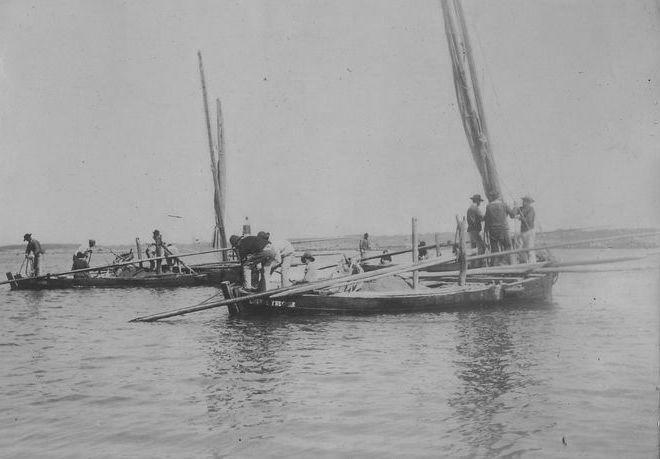 Les bateaux sont chargés et se prépare à appareiller pour remonter la rivière de Tréguier avec leur lourd chargement (photo de Faudacq archives départementales 22)