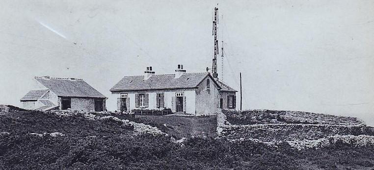 Sémaphore de St Cast,  le sémaphore étant exigu de petits bâtiments annexes sont souvent ajoutés par la suite