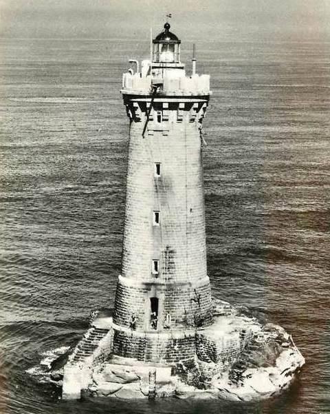 Le four par temps calme, les trois gardiens sont sortis sur la plateforme à la base du phare