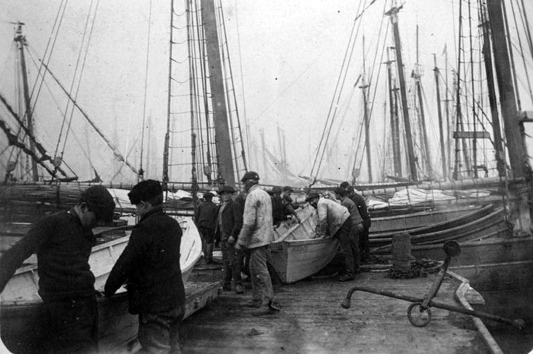 Embarquement des doris à bord d'une goélette franche, elles sont nettement plus petite que les terre-neuviers malouin , l'équipage de l'Amélie Julia était de 15 hommes