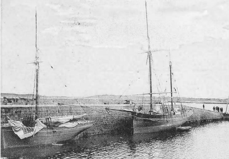 Au quai de l'Aberwrac'h un sloup à mât de flèche et un joli dundée avec une vergue de fortune carrée, peut-être armé au transport de crustacé depuis l'Espagne