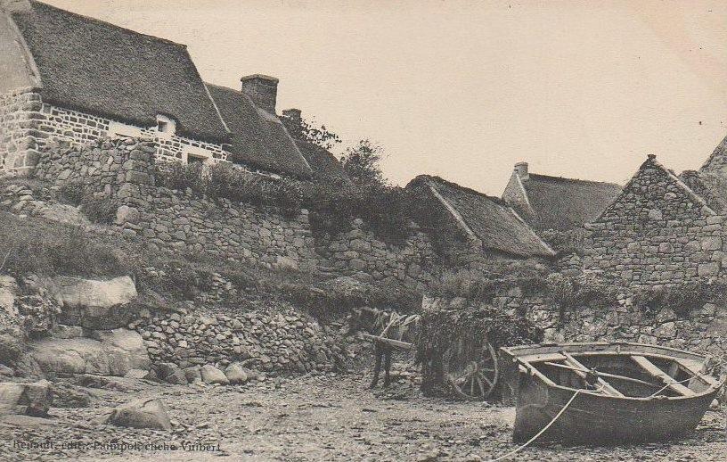 La grève de Nod Coven  à Bréhat, charrette de goémon épave et un ancien sloup désarmé