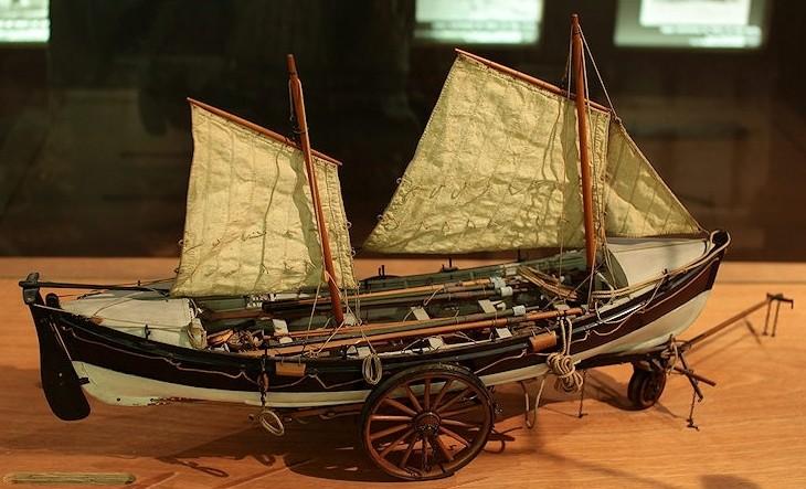 On voit bien, sur ce modèle la surface de voilure réduite mais bien équilibrée d'un canot de sauvetage à avirons